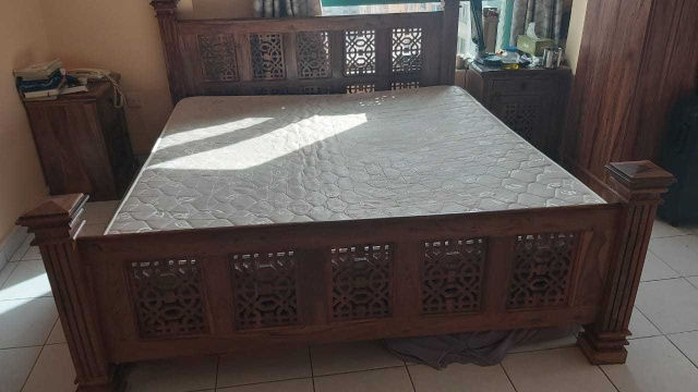 king size bed handmade out of natural indian wood + mattress ( normal )